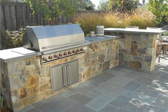 An outdoor kitchen and bar designed by Haugeland.