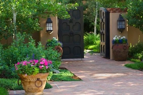 Ideas for a slope tuscan style backyard landscaping for Front yard courtyard design