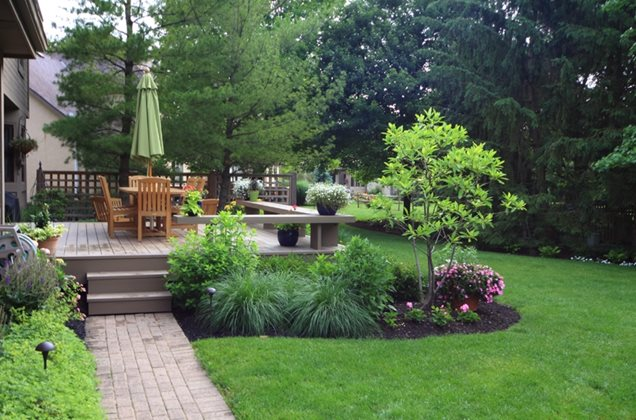 Traditional landscaping hilliard oh photo gallery for Landscaping ideas around deck