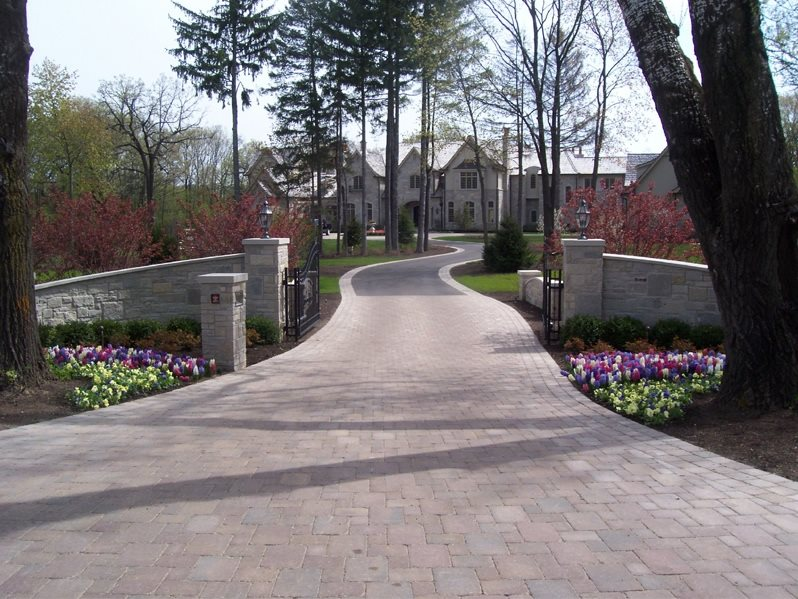 Estate Driveway Traditional Landscaping Bertog Landscape Co. Wheeling, IL