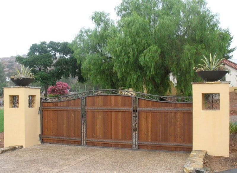 Front yard fence ideas landscaping network for Wooden driveway gates designs