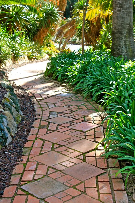 Brick walkway ideas landscaping network for Paving designs for small garden path