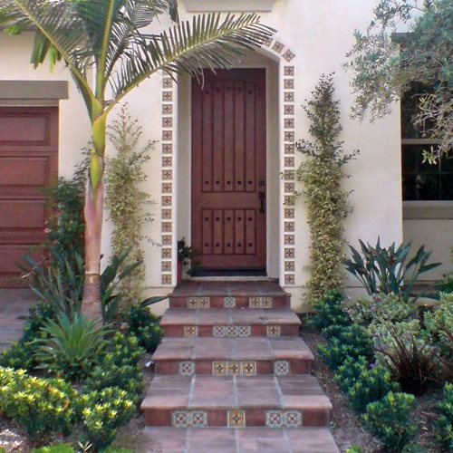Beautiful backyard makeover with pictures landscaping for Front door yard designs